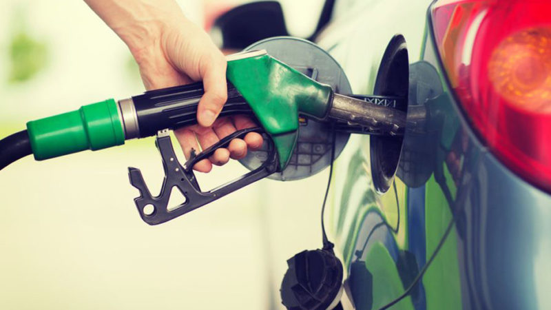 Россияне в апреле резко сократили траты на бензин