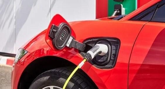 АЗС «ЛУКОЙЛ» в Омске теперь заправляет электромобили